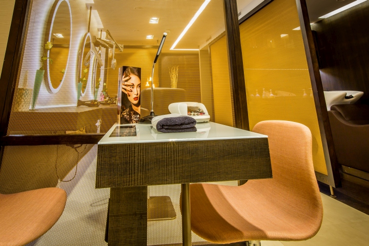 Рабочие столы мастеров из дерева со стеклом на столешнице