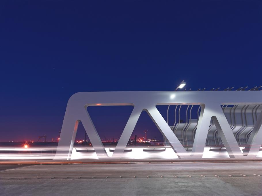 Вид металлическую конструкцию железнодорожного вокзала