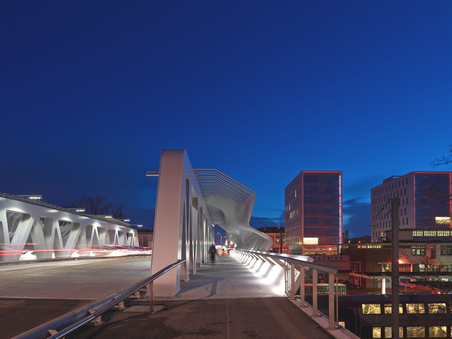 Мост для перехода в железнодорожный вокзал