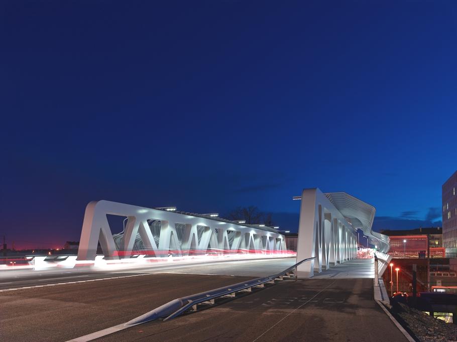 Вечерний вид моста у железнодорожного вокзала