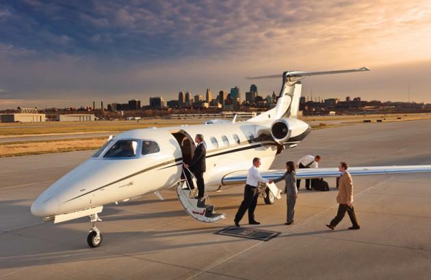 Самолёт чартер Private Jet Charter на взлётной полосе