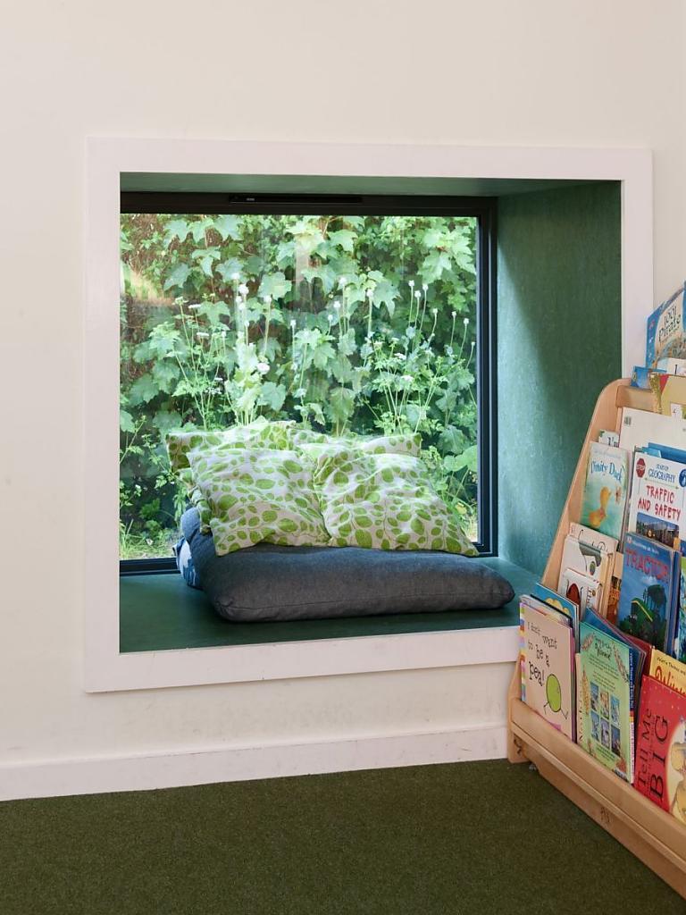 Уголок для отдыха на подоконнике в детском саду Святой Марии