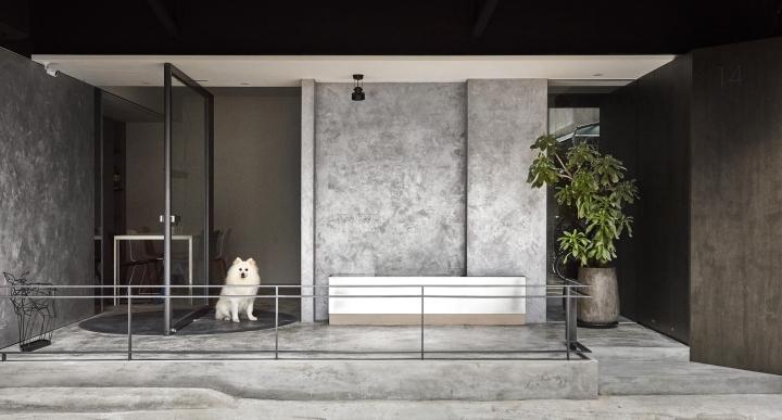Серый цвет офиса в Тайване: дерево и бетон