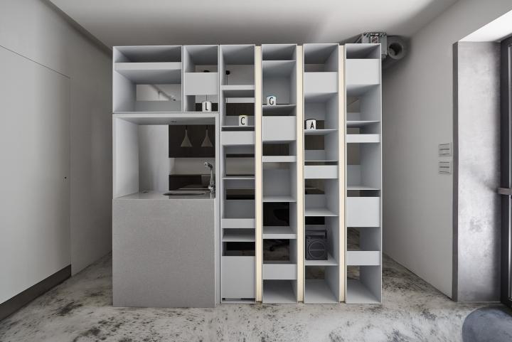Серый цвет офиса в Тайване: стильные полки