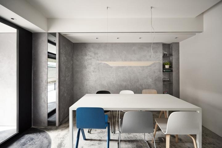 Серый цвет офиса в Тайване: стулья разных цветов
