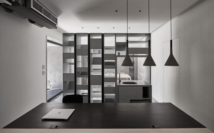 Серый цвет офиса в Тайване: шкаф разделяет пространство