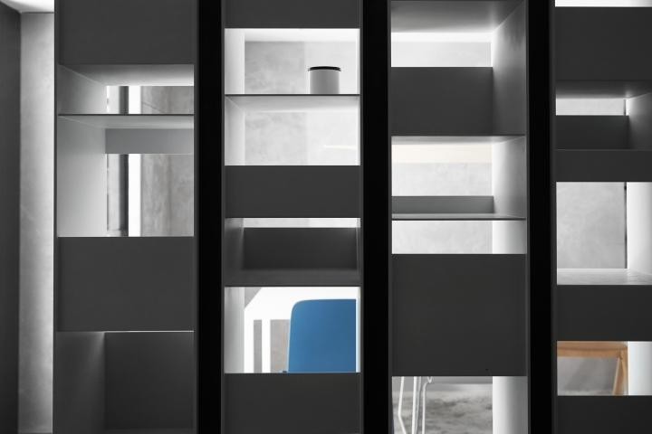 Серый цвет офиса в Тайване: полочки в шкафу