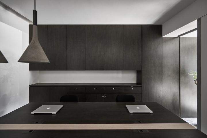 Оттенки серого цвета в офисе в Тайване: мебель в офисе