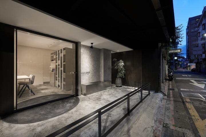 Серый цвет офиса в Тайване: офис вечером