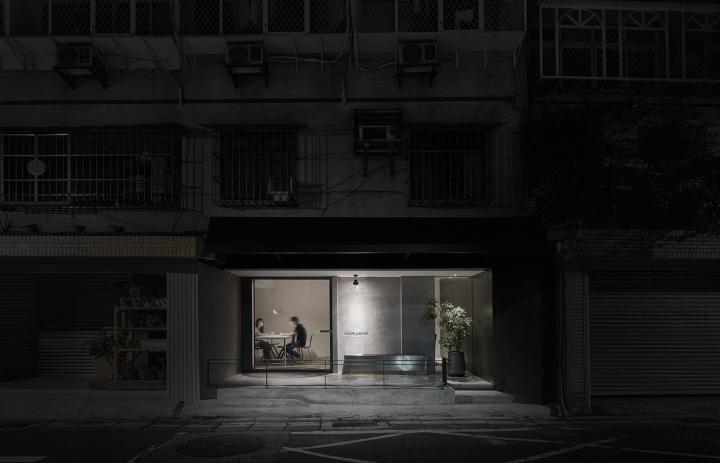 Серый цвет офиса в Тайване: офис среди других домов