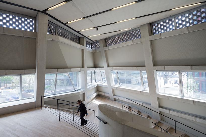 Шедевр современной архитектуры: необычный интерьер Лондонской галереи современного искусства - Фото 1