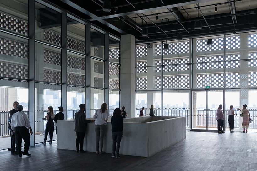 Шедевр современной архитектуры: необычный интерьер Лондонской галереи современного искусства - Фото 2