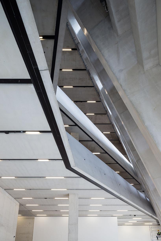 Шедевр современной архитектуры с бетонной отделкой стен