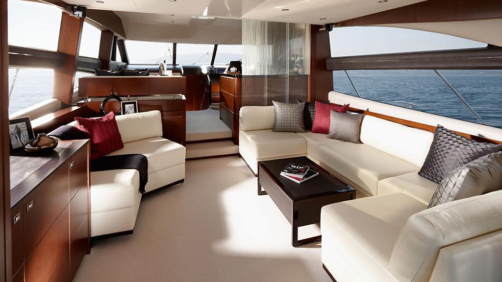 Шикарная яхта Princess 60: комфортабельный салон с кожаными диванами