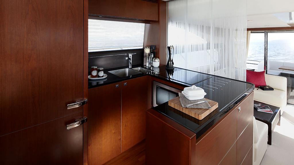 Шикарная яхта Princess 60: отдельная кухня
