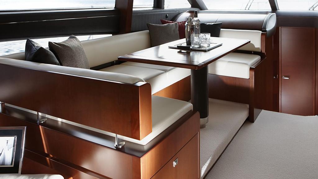 Шикарная яхта Princess 60: мягкий диван с водоотталкивающим покрытием и стол из тикового дерева для завтраков