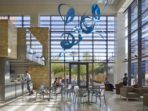 Система охлаждения здания: интерьер в ярких, либо нейтральных цветах