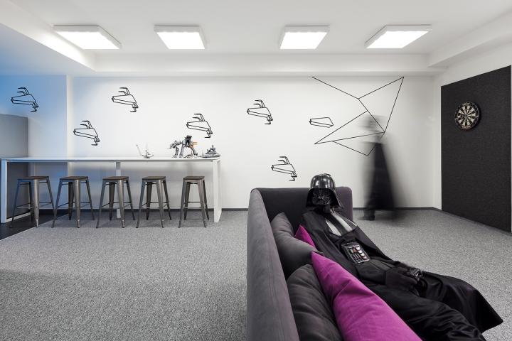 Монохромные цвета стен со схематичными изображениями звездолетов в стиле оригами