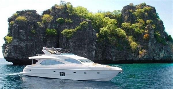 Скоростная яхта Majesty 135 обеспечит комфортное пребывание гостей на своём борту