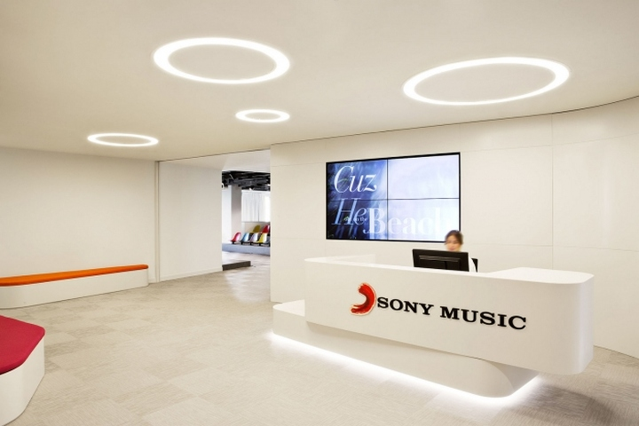Белый ресепшн офиса Sony Music в Мадриде