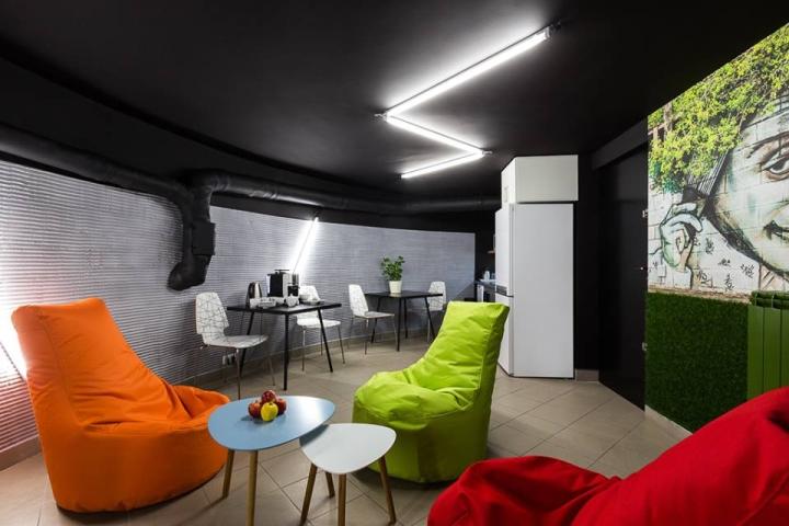 Совместное рабочее пространство: яркая мебель