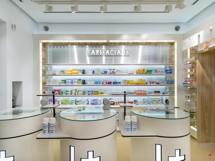 Современный дизайн аптеки: стойки с фирменным изображением