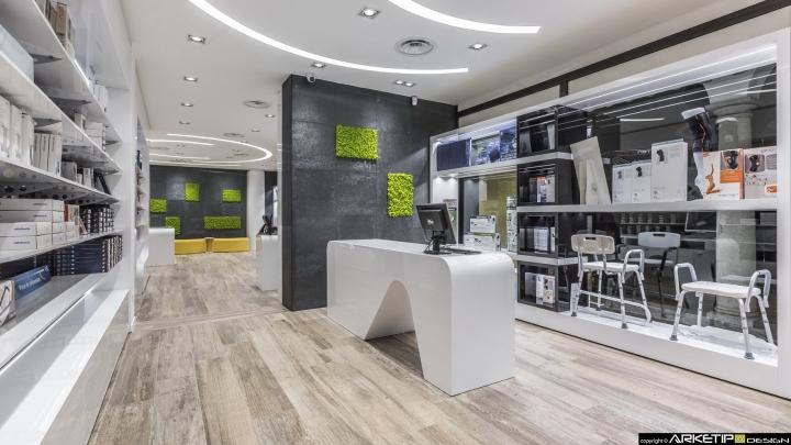 Современный дизайн для  аптеки: газон на стене