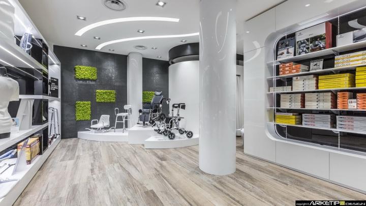 Современный дизайн для  аптеки: функциональный стенд в декоре