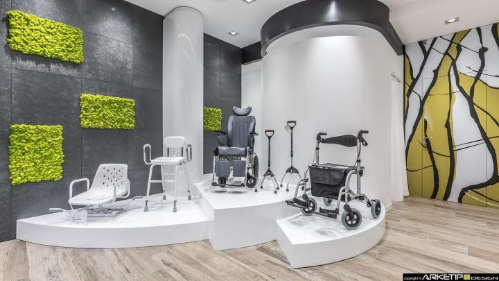 Современный дизайн для  аптеки: стенд в интерьере