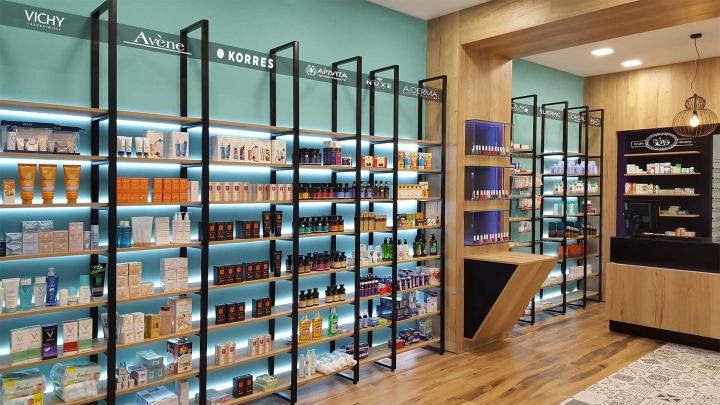 Современный дизайн для аптеки: металлические основания, поддерживающие деревянные полки