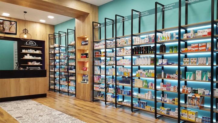 Современный дизайн для аптеки: чëрный цвет и дерево