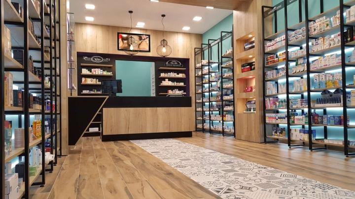 Современный дизайн для аптеки: деревянное покрытие пола