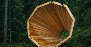 Гигантский деревянный мегафон — современное дизайнерское решение лесной библиотеки