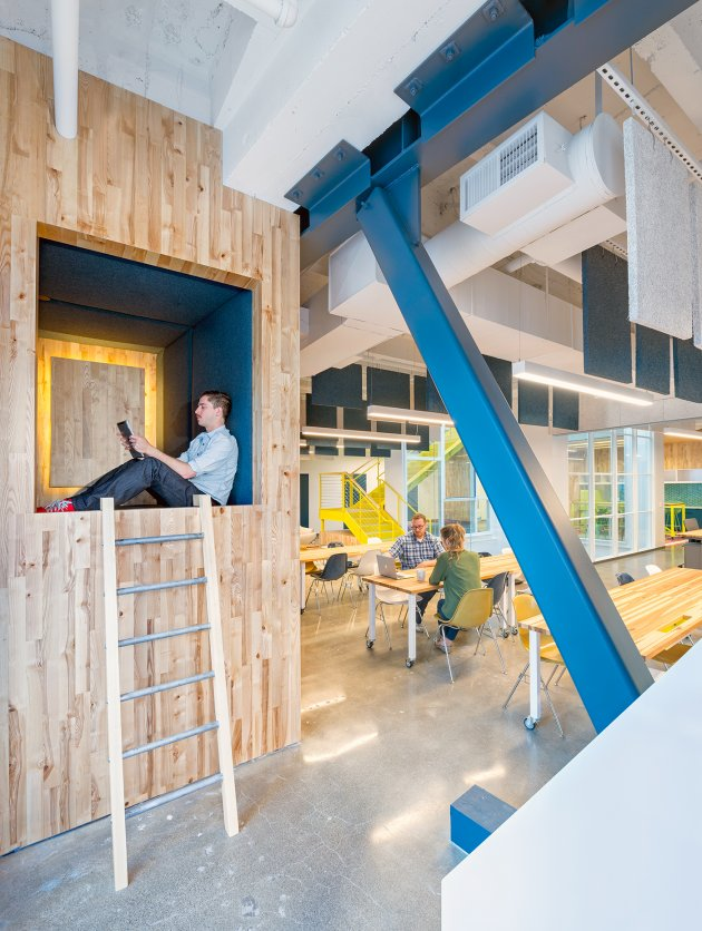 Необычные места для отдыха в офисе: место для сна в офисе Capital One Labs