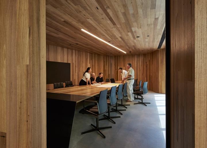 Отделка конференц-зала деревом