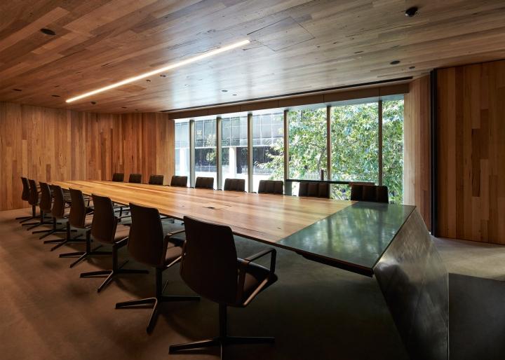 Интерьер конференц-зала со стеклянной стеной