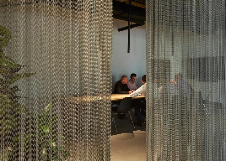 Переговорный стол за шторами