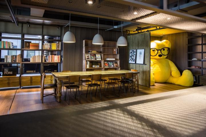 Создание интерьера офиса: большой жёлтый медведь