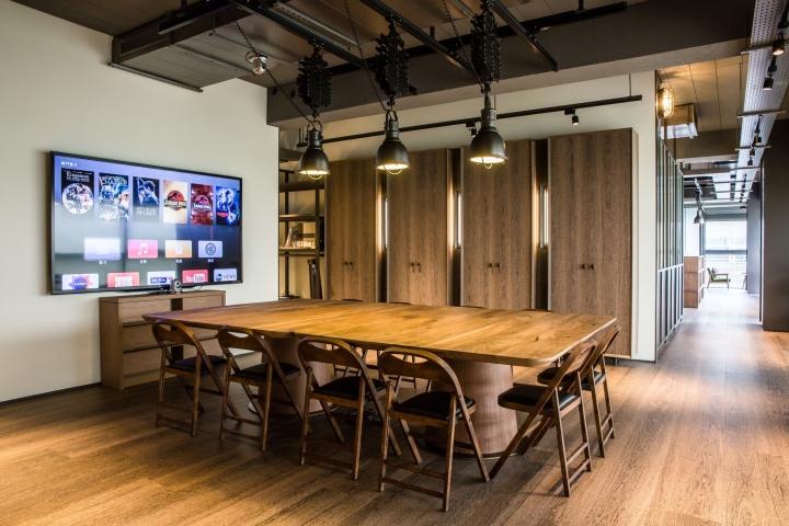 Создание интерьера офиса: большой деревянный стол