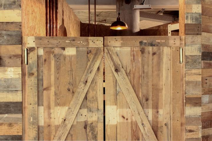 Создание интерьера офиса: деревянные ворота