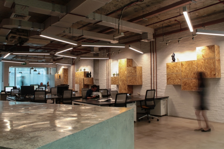 Создание интерьера офиса: посеченные деревянные стеллажи