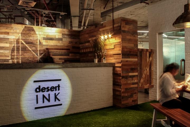 Создание интерьера офиса: стойка ресепшена с подсвеченным логотипом