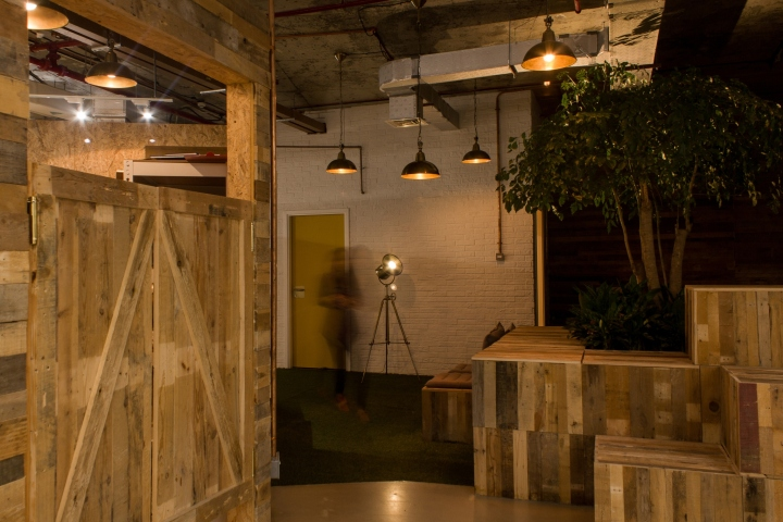Создание интерьера офиса: множество деталей из дерева
