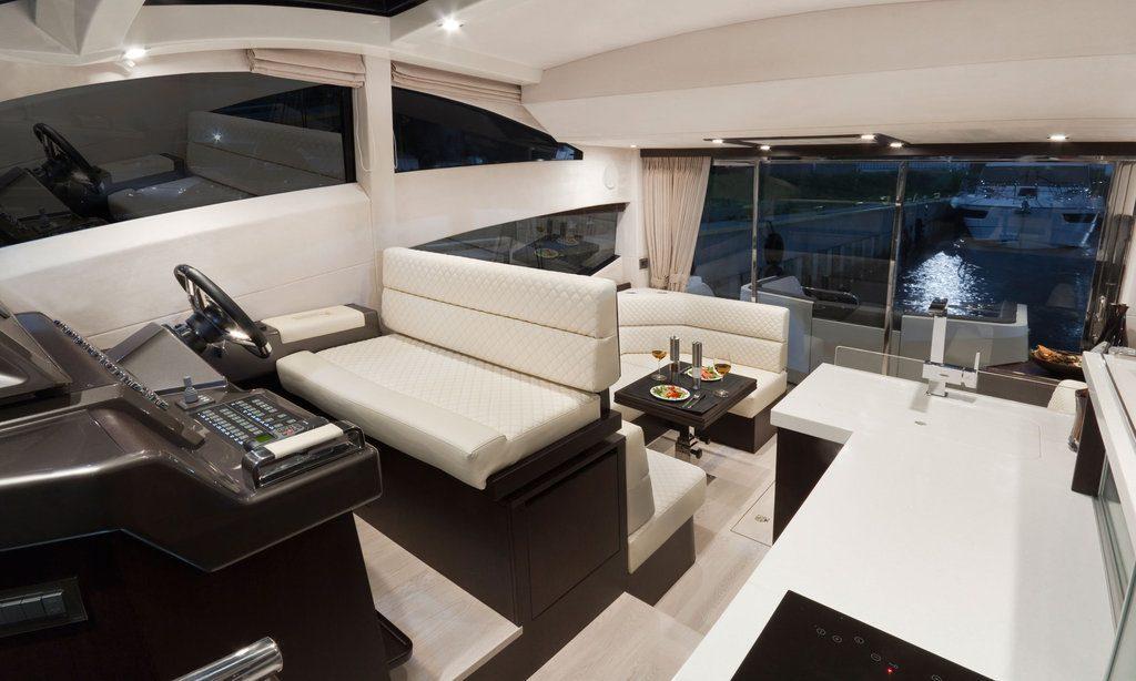 Спортивная яхта Galeon 430 Skydeck: рулевое управление
