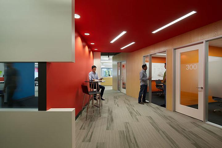 Геометрические фигуры в интерьере офиса высоких технологий Square Trade