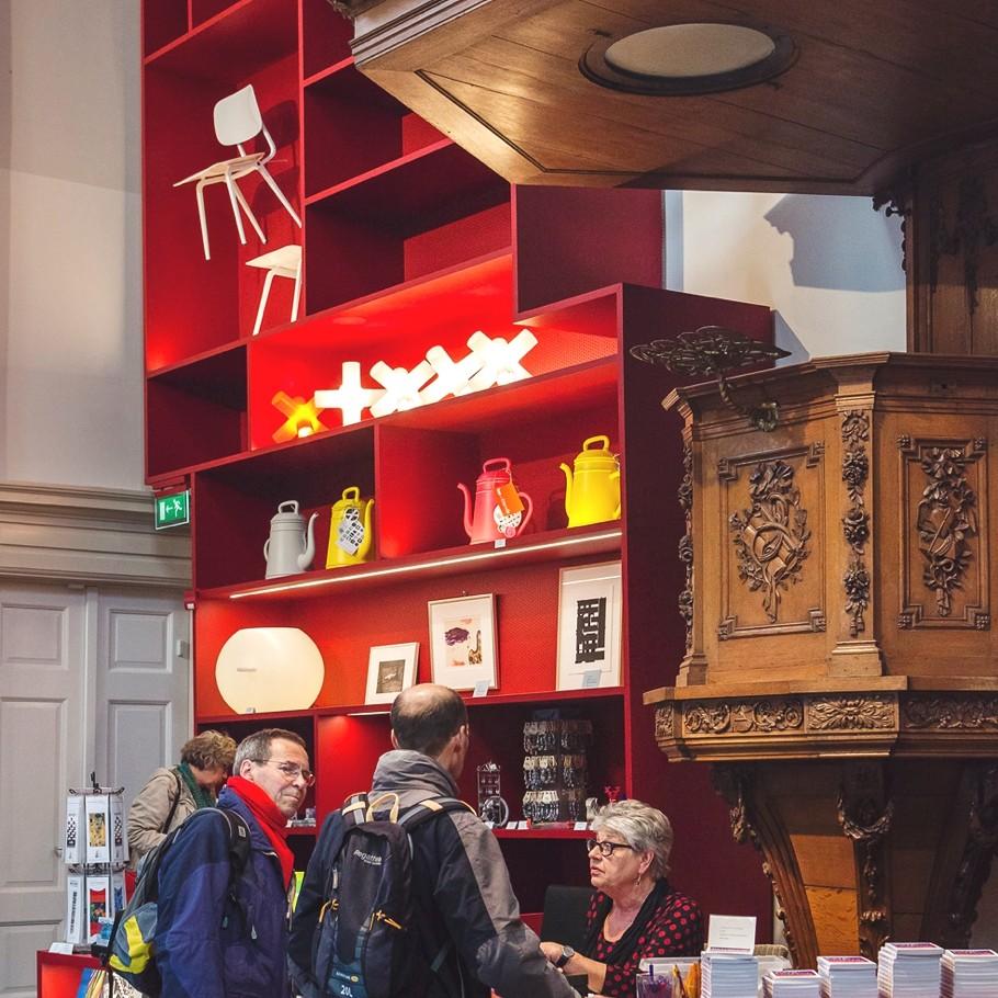 Магазин сувениров в музее Stedelijk в Схидаме