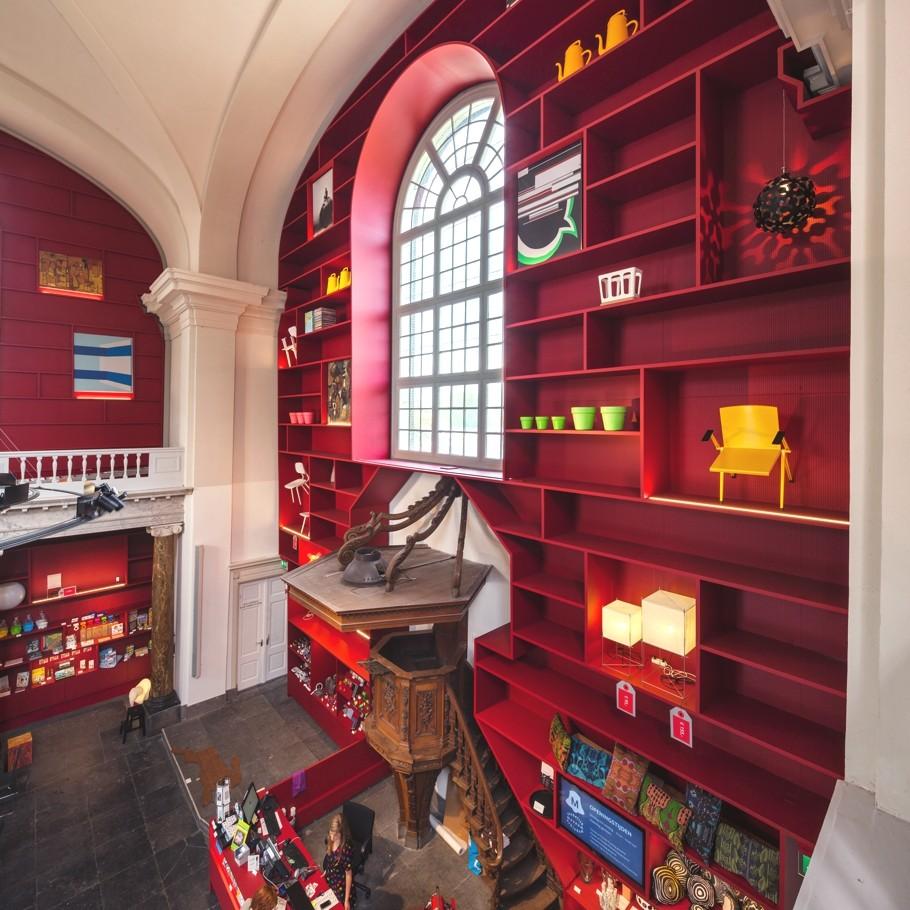 Инсталяция из полок и сувениров в музее Stedelijk в Схидаме