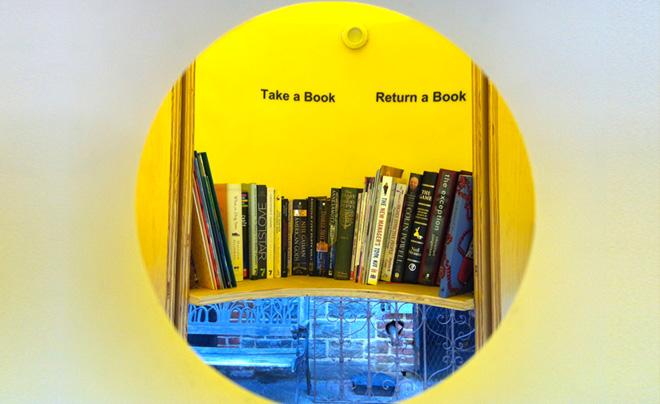 Уличная Бесплатная Библиотека в центре Манхэттена