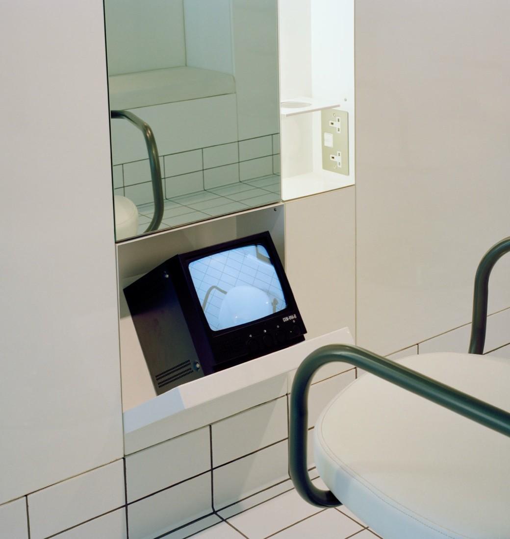 Телевизор в дизайн интерьере необычной парикмахерской.
