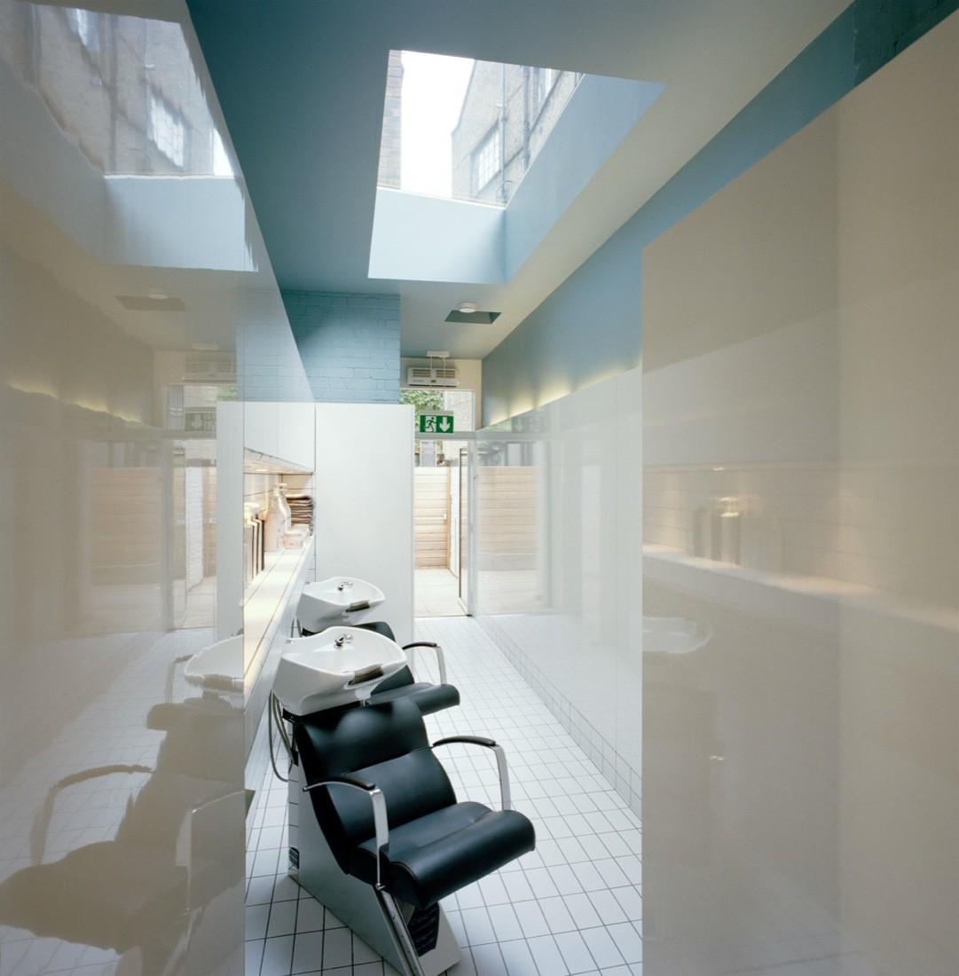 Окно в дизайн интерьере парикмахерской.